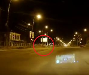 Момент ДТП с «Фордом», врезавшимся в забор на 9 Января, попал на видео