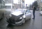 На перекрестке у «Галереи Чижова» столкнулись автобус и иномарка
