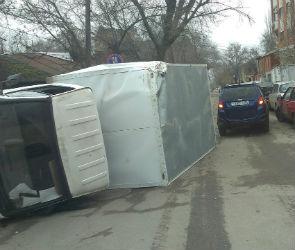 В центре Воронежа опрокинулась ГАЗель
