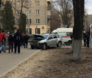 В Воронеже иномарка после ДТП вылетела на тротуар рядом со школой