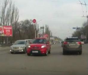 Автоледи на розовой «Киа» оштрафовали за езду по встречной полосе