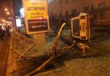 В центре Воронежа ВАЗ вылетел на тротуар и перевернулся