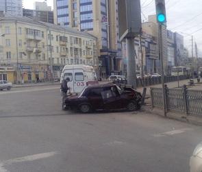 В Сети появились фото ВАЗа, протаранившего ограждение в центре Воронежа