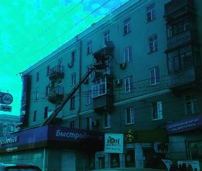 В центре Воронеже часть балкона обрушилась на павильон микрозаймов