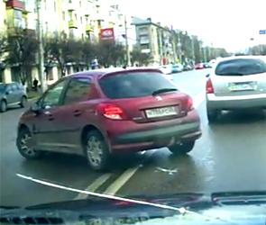 Воронежцы сняли на видео «Пежо», развернувшийся через две сплошные около РОВД