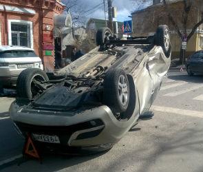 В центре Воронежа Lada XRAY перевернулась рядом с пешеходным переходом