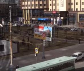 Воронежец снял на видео рекламный щит, ходящий ходуном из-за сильного ветра