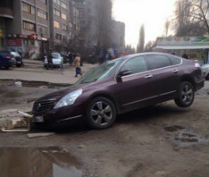 В Воронеже иномарка с липецкими номерами ушла под землю