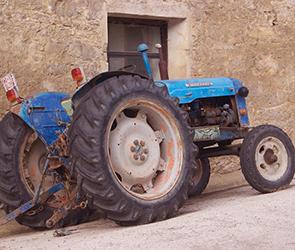 Около воронежского села столкнулись трактор и иномарка, есть пострадавший