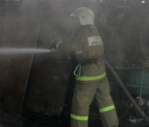 На набережной Массалитинова в Воронеже иномарка сгорела вместе с гаражом