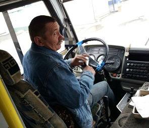 Воронежец пожаловался на маршрутчика, закурившего в автобусе
