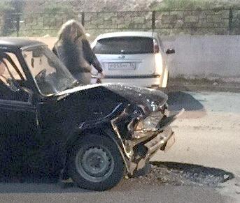 В воронежском дворе «семерка» протаранила три машины — есть пострадавшие