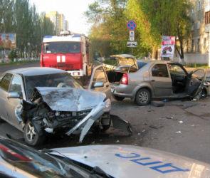 На улице Хользунова столкнулись «Рено» и «Лада», есть пострадавшие