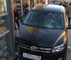 В Воронеже автоледи сбила пешехода и врезалась в два киоска: появились фото ДТП