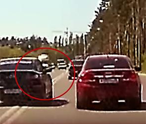 Воронежец снял видео, как пассажир Мазды угрожал пистолетом водителю Шевроле