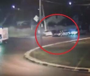 Момент столкновения «Опеля» со столбом и машиной ДПС в Воронеже попал на видео