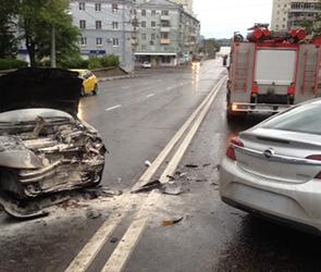 Появились фото столкновения трех машин на спуске к Чернавскому мосту в Воронеже