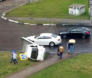 ДТП с перевернувшимся грузовиком на бульваре Победы в Воронеже попало на видео