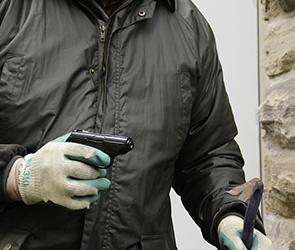 Вооруженный кирпичом и ножом бандит ограбил прохожего в центре Воронежа