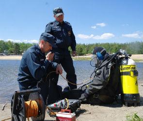 Воронежские спасатели обследовали дно на пляже в Боровом