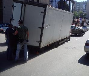 В центре Воронежа под ГАЗелью провалился асфальт