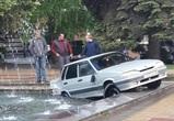 Фонтан, в который после ДТП улетело авто, обследовали воронежские специалисты