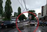 Из-за рухнувшего столба на улице Машиностроителей образовалась большая пробка