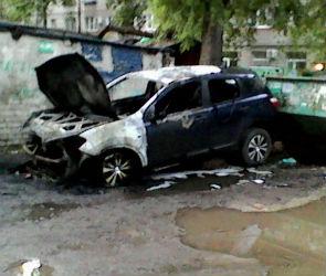 В Воронеже ночью сгорел кроссовер, припаркованный у мусорного контейнера