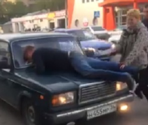 Неадекватный воронежец, бросающийся на авто, попал на видео