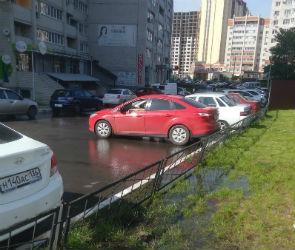 Дворы новостроек на бульваре Победы несколько дней заливает водой