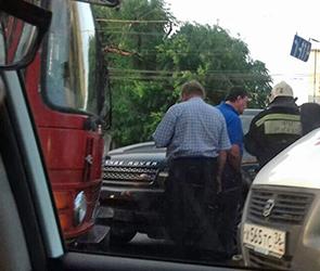Появились фото столкновения Ленд Ровера с автобусом около цирка в Воронеже