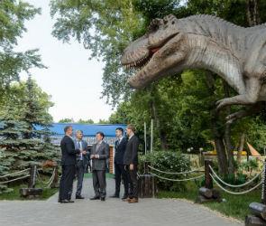 Выставку динозавров в парке «Орленок» посетил губернатор