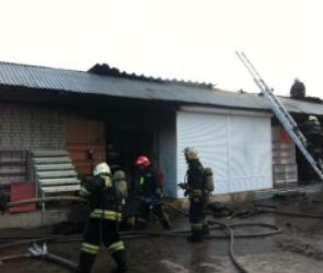 Пожар на Остужевском рынке сняли на видео