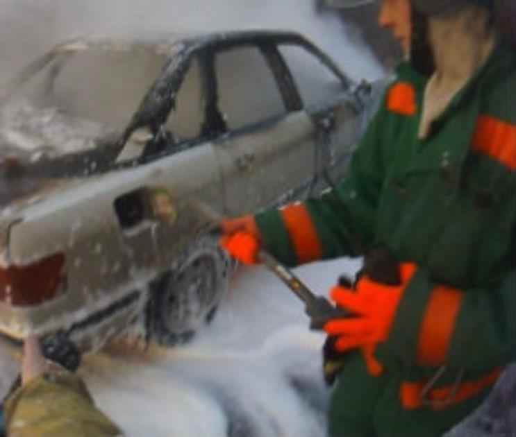 В Воронеже во дворе многоэтажки сгорела иномарка