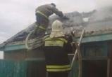 На пожаре в Воронеже огонь уничтожил дом цыганского табора и повредил иномарку