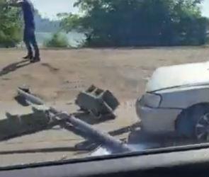 На набережной Массалитинова в Воронеже «Хендай» снес светофор
