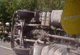 Появились фото тройного ДТП под Воронежем: опрокинулась фура, ранен водитель