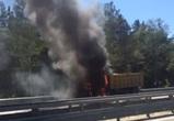 На видео попал грузовик, полыхающий на трассе М-4 «Дон» в Воронеже