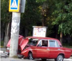 Воронежцы сфотографировали ВАЗ, влетевший в столб на пешеходном переходе