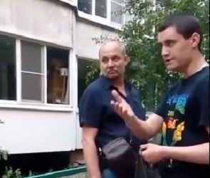 На видео сняли, как взрослые во дворе угрожают расправой воронежским подросткам