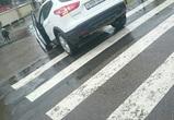 В Воронеже девушка спустилась на Nissan по лестнице у ТЦ: фото попали в Сеть