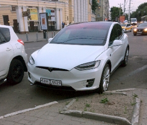 В центре Воронежа попал на фото дорогой электромобиль Tesla Model X