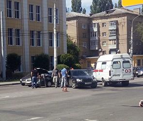 Появились фото ДТП с ВАЗом и Мерседесом в центре Воронежа, пострадал водитель