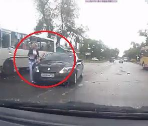 На видео сняли, как иномарка едва не задавила девушку на переходе в Воронеже