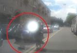 На видео попали две женщины, бросившиеся под колеса авто в Воронеже