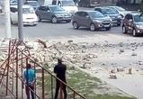 Воронежцев ошарашила стена дома, валяющаяся посреди проезжей части