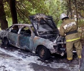 В Воронеже четверо школьников подожгли Ford, припаркованный в районе пивзавода