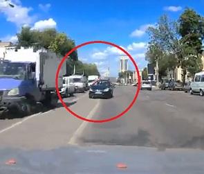 На видео попал водитель, нагло проехавший по «встречке» в центре Воронежа