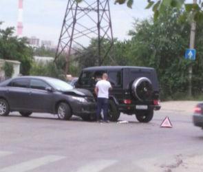 В Воронеже столкнулись «Тойота» и «Гелендваген»: есть пострадавший
