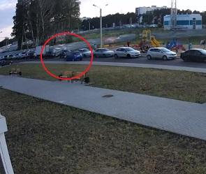 В воронежских «Озерках» ребенок попал под колеса машины: в Сети появилось видео
